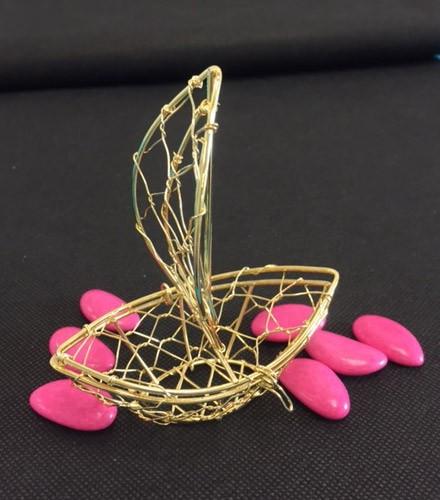 Sujet à dragées voilier en métal filigrané or