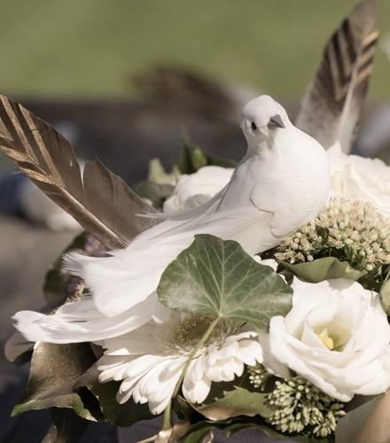 Pince métallique avec colombe pour mariage