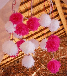Suspension boule en plumes fuchsia 12 cm
