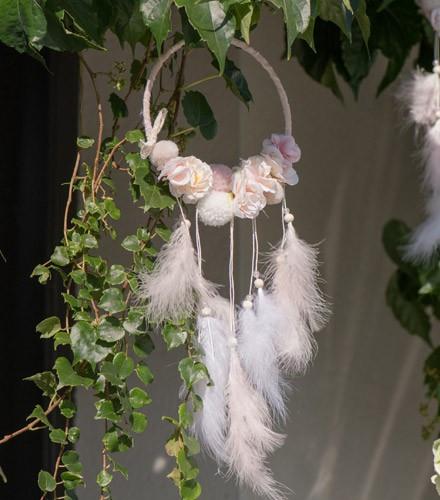 Suspension attrape rêves fleurs pompons et plumes 19 x 53 cm