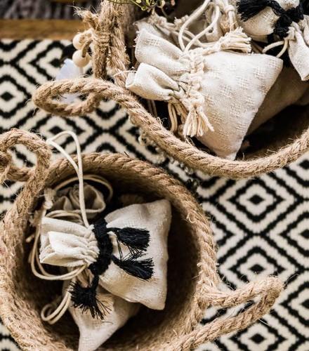 4 sacs à dragées lin ethniques avec pompons ivoire/noir