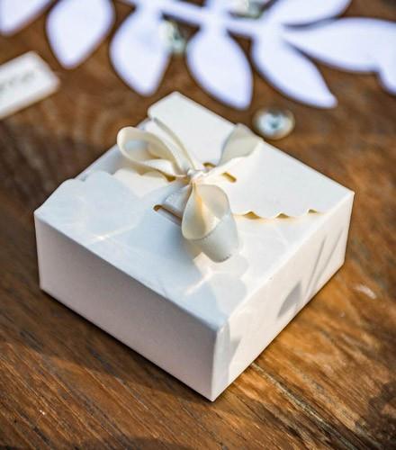10 boîtes à dragées carton festonné coloré et ruban satin
